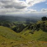 Licht-Schatten-Spiele auf weich-saftigen Hügeln