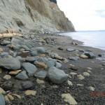 gelb und grüner Tonstein am Strand