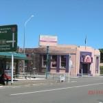 Straßenecke und typisches Straßenschild