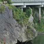 die sprangen von dort in den Fluss!!!
