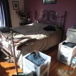unser großes Doppelbett in sonnigem Zimmer in echtem Haus