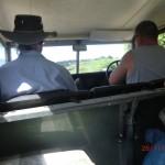 Vivian und Paul im Landrover-Fahrerraum
