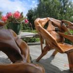 verrückte Holzsitze vor psycadellic Cactus