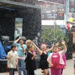 Kanonenschnee erfreut neuseeländische Kinder