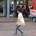 ausgelassene Jugend, tanzt einfach ungehemmt vor allen Leuten (in Deutschland würde das Aufsehen erregen, hier nicht so!)