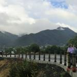 die Lookout-Fläche vor hohen Bergen