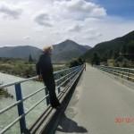 an einer Brücke und das Geländer hielt