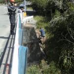 ein Geocacher im Hintergrund, ein Jetboat-Fahrer im Vordergrund