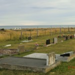 Friedhof in Meeresnähe, Camper versteckt im goldnen Dünengras