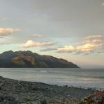 Abend legt sich über Kaikouras Strände und Berge