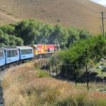KiwiRail-Lock zieht den TranzAlpine durch die Landschaft