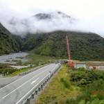Schleierwolken vor Bergkuppen, Alpinhighway neben uns