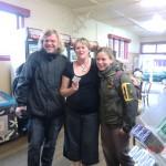 die hilfsbereite Ronnee mit uns in ihrem Tearoom-Cafe