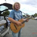 Wolfi und Gitarre mit neuem Gurt