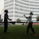 noch einmal Jonglieren mit Tomomi am Square (zu zweit mit sechs Bällen)