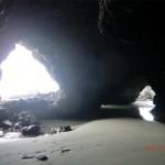 im Inneren der Höhle bei Ebbe