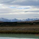 türkisblauer Canal, goldene Ebene, ferne Berge