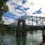 neue Brücke neben alten Brückenresten in Alexandra