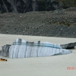 eine Eisscholle und ein Touristenboot - Wahnsinn!