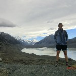 Tini noch einmal vorm Tasman Glacier und den Alpen