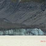 blauweißes Gletschereis unter dreckiger Schicht