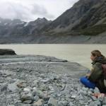 Tini am Rande des eiskalten Sees