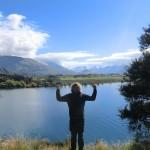 starker Junge vor Wanaks See und Bergen