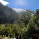 noch höher: hoher Wasserfall und leuchtender Rob Roy Gletscher