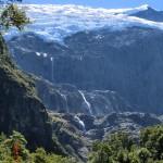 viele Wasserfälle unterhalb des Gletschers