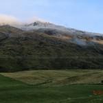 von Queenstown zum Doubtful Sound: waren so tolle Farben: Sommergrün, Herbstgelb und Winterweiß zugleich!