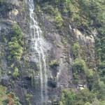 Doubtful Sound Overnight: einer der permanenten Wasserfälle