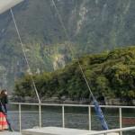 Doubtful Sound Overnight: kleine Asiatin vor überwältigender Umgebung
