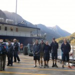 Doubtful Sound Overnight: und wieder am Anleger - die tolle Besatzung vorm Boot