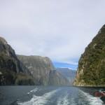steile, hohe, kantige Felswände des Milford Sounds