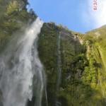Wasser stürzt viele, viele Meter hinab in den Fjord
