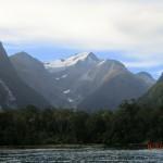 ein Gletscherberg hinterm Regenwald am Milford Sound