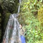Tini neben dem Wasserfall