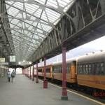 Bahnhof Dunedin mit historischer Bahn