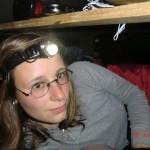 Tini im Bett (Kopflampe eines der besten Dinge, die wir vor Reiseantritt gekauft haben!)