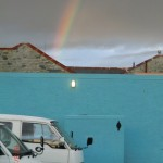 Regenbogen über Klo und Vans am St. Clair Parkplatz