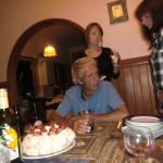 Ron, Lousie und Sarah um die Pavlova