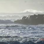 Gischt schäumt, die See ist rau - wilde West Coast
