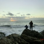 Marian und Wolfi auf den Klippen - raue See und Sonnenuntergang in Charleston