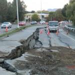 Christchurch nach dem Februar-Beben: die abgesackte Straßenspur