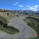 Ausblick über ein Flusstal vom Straßenrand!