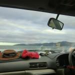 durch die Frontscheibe am nächsten Morgen, Raumati Beach - direkter Blick auf Kapiti Island
