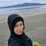 Strandspaziergang mit Kaffee am Morgen