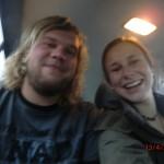 auf geht's: wir am frühen Morgen im Bus zum Tongariro Crossing Walk (noch lachend)