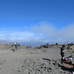 kurze Pause auf dem South Crater, schon viel geschafft und noch guter Dinge