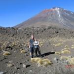 wir vor Mt. Ngauruhoe, einem echten Vulkan :-) toll!